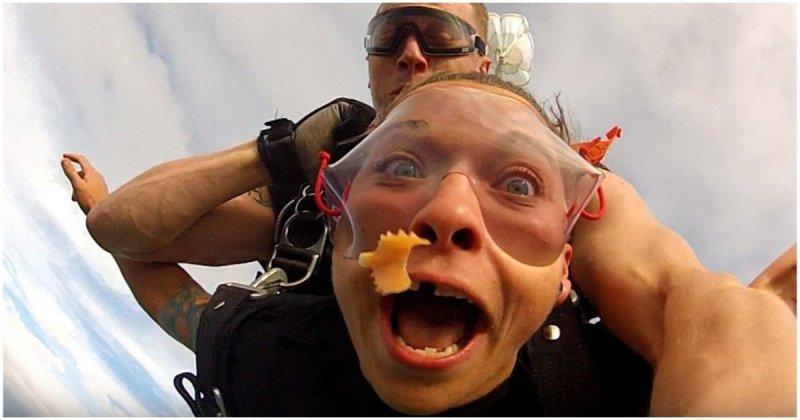 Девушка потеряла зубной протез во время прыжка с парашютом в мире, видео, девушка, зуб, зубной протез, парашют, прикол, протез, юмор