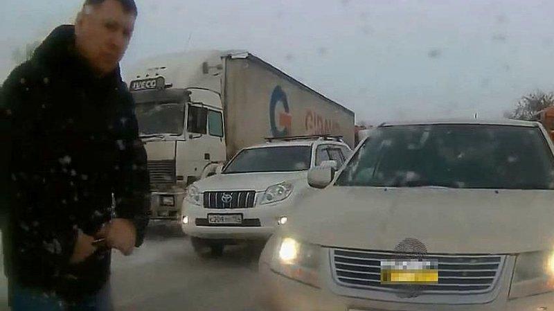 В Новосибирске ищут автохама, который ездит по встречной и протыкает колеса ножом suzuki, авто, автохам, быдло, видео, встречка, газон, нарушитель