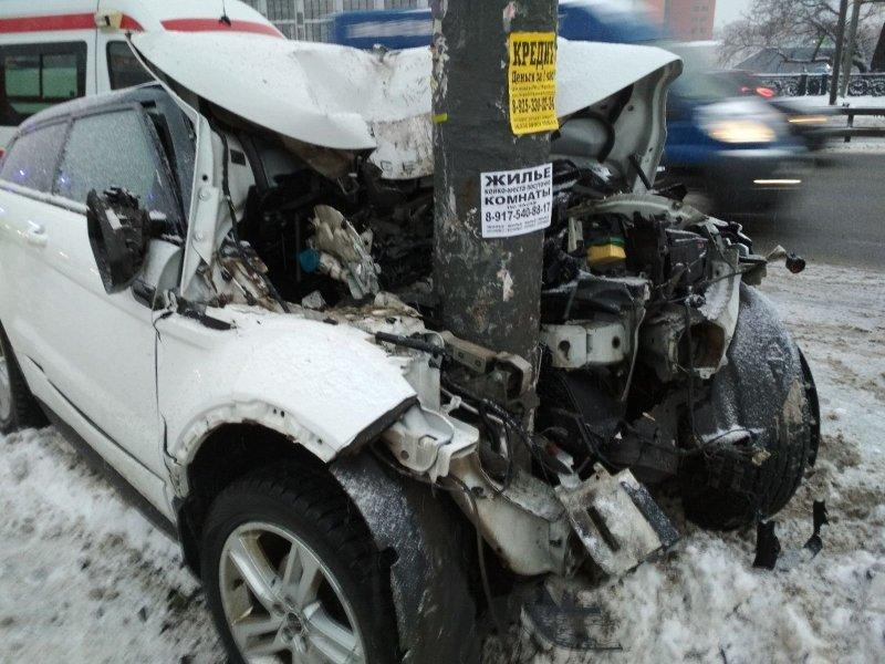 Девушка нажала на газ и на полном ходу въехала в фонарный столб range rover, авария, авто, авто авария, видео, дтп, женщина за рулем, столб