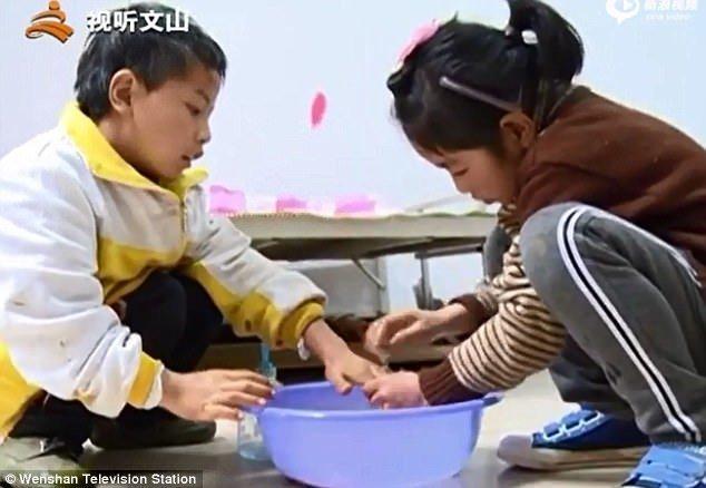 Сестра полна любви и заботы. Диньфу родился с физическими отклонениями, у него плохо функционируют руки и ноги Любовь, вот это да!, героиня, инвалид, китай, самоотверженность, семья, сестра