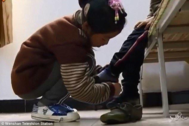 Самоотверженная девочка помогает брату во всем - умываться, одеваться, обуваться Любовь, вот это да!, героиня, инвалид, китай, самоотверженность, семья, сестра