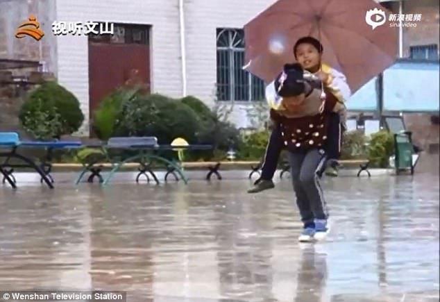 Диньшуань настроена решительно и помогает Диньфу добраться до школы в любую погоду Любовь, вот это да!, героиня, инвалид, китай, самоотверженность, семья, сестра