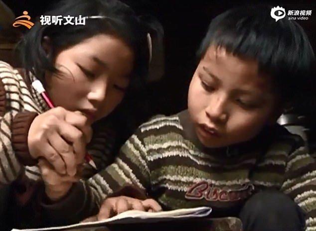 После школы сестра помогает брату делать домашнюю работу Любовь, вот это да!, героиня, инвалид, китай, самоотверженность, семья, сестра