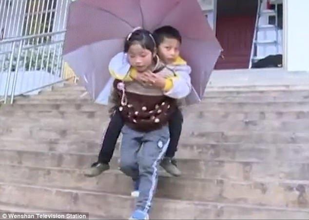 Сестринская любовь: Чжоу Диньшуань (9 лет) каждый день носит в школу своего брата Чжоу Диньфу (12 лет) Любовь, вот это да!, героиня, инвалид, китай, самоотверженность, семья, сестра