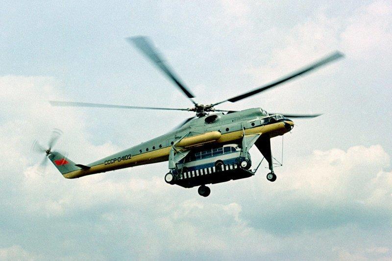 Ми-10 - «Летающий кран». Прототип вертолета, известный как В-10, установил рекорд грузоподъёмности в 15 103 кг на высоту 2 200 м.  Вертолеты России, Ми-1, Ми-24, Ми-8, авиаконструктор Михаил Миль