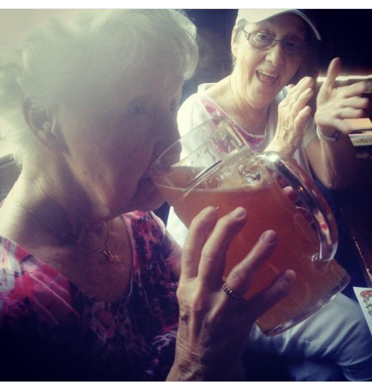 Бабуля и пиво день, животные, кадр, люди, мир, снимок, фото, фотоподборка
