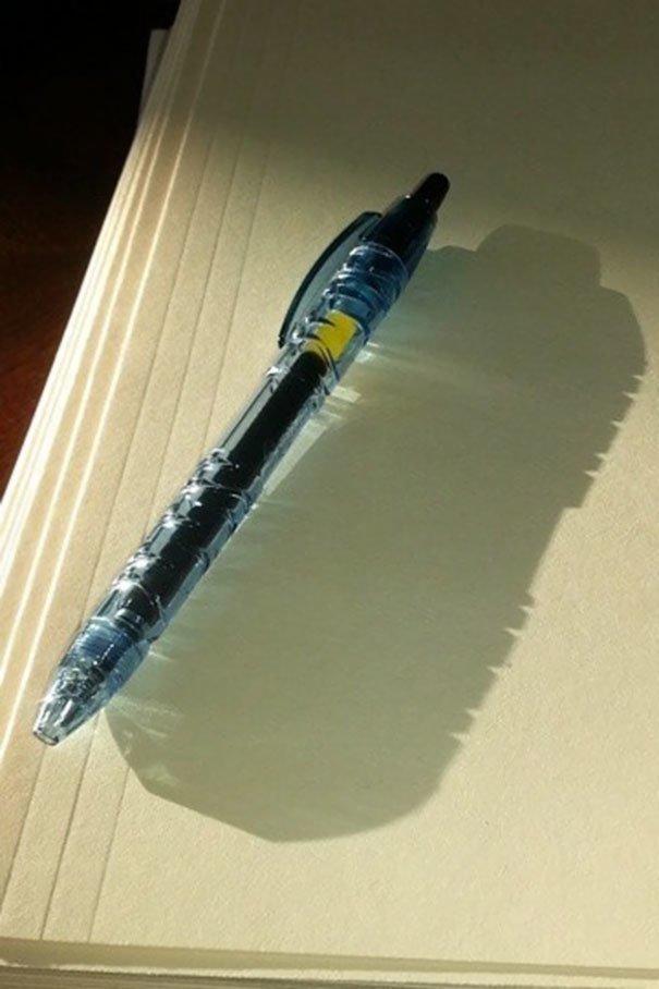 3. Бутылка лежала на столе, замаскировавшись под ручку забавно, подборка, прикольно, тень, юмор