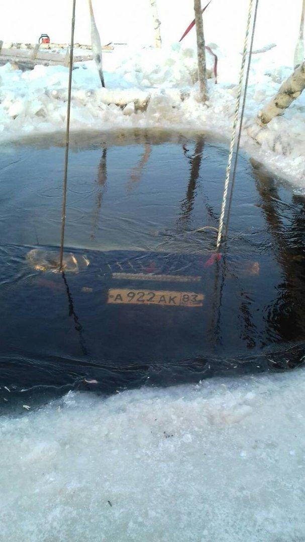 Его машина скрыта подо льдом с начала января, в течение нескольких дней он пытался своими силами вытащить внедорожник, но попытки не увенчались успехом. $200, land cruiser, toyota, авто, лед, река, спасатели, спасение