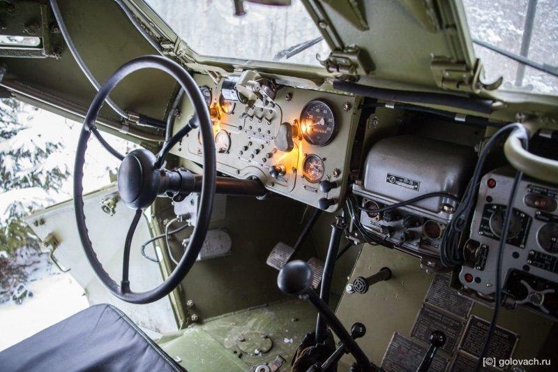 Технология посадки следующая: Открыл дверь, просунул голову внутрь и дальше подтягиваешь тело. Сидухи оказались удобными. Не ожидаешь от такой конструкции, что они будут комфортные. авто, броневик, внедорожник, военная техника, газ, тест-драйв