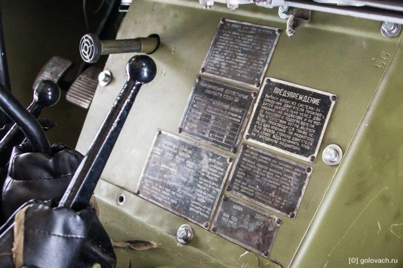 Для того чтобы солдат не растерялся и не забыл какой рычаг отвечает за что — на центральной консоли есть 6 информационных табличек. авто, броневик, внедорожник, военная техника, газ, тест-драйв