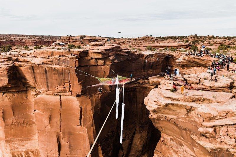 Влюбленные авантюристы сыграли свадьбу над каньоном Моаб в мире, высота, жених, каньон, люди, невеста, свадьба, экстрим