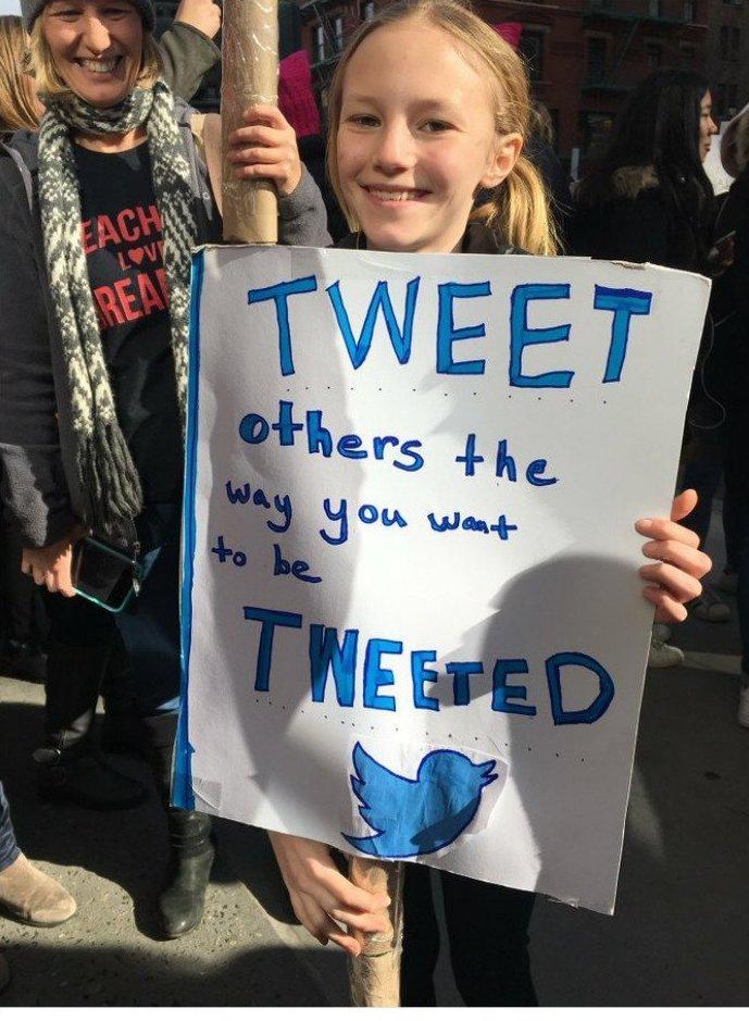 """""""Посылай другим твиты, которые хотел бы получить сам"""" ynews, вашингтон, женский марш, наглядная агитация, новости, нью-йорк, оригинально, сша"""