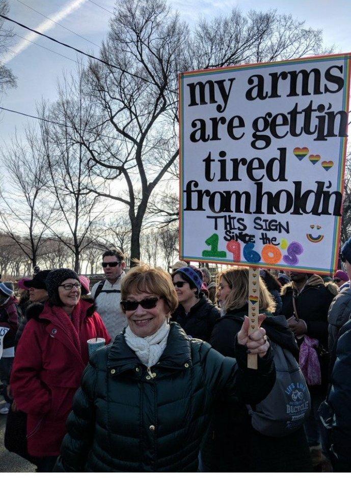 """""""У меня устали руки - ведь я держу этот плакат с 1960-х!"""" ynews, вашингтон, женский марш, наглядная агитация, новости, нью-йорк, оригинально, сша"""