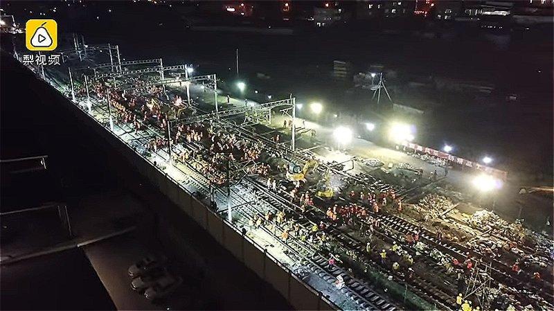 В Китае рабочие за ночь построили железную дорогу ynews, Эффективность, вот это да!, высокоскоростные поезда, железная дорога, китай, китайские работники, строительство