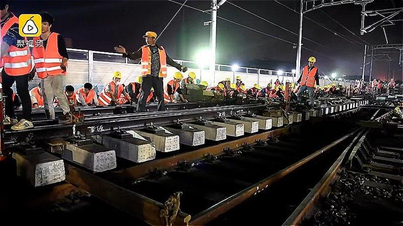 В результате три крупные ветки - Ганьлун, Ганьжуйлун и Джанлун - были соединены с новой железнодорожной станцией Наньлун ynews, Эффективность, вот это да!, высокоскоростные поезда, железная дорога, китай, китайские работники, строительство