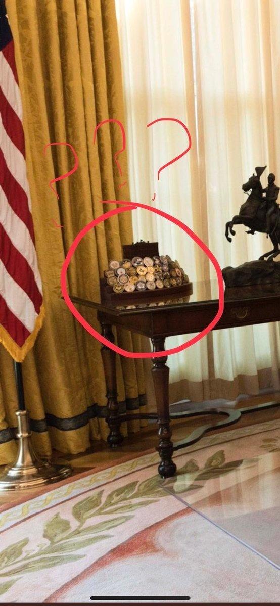 Помимо отсутствия бумаг на столе, пользователи задались другим вопросом: в кабинете Трампа отсутствует один элемент, который всегда был у других президентов США – семейные фотографии. Никто так и не понял, что стоит на столе позади президента. Дональд Трамп, Трамп, кризис, президент, работа, рабочее место, сша, фото