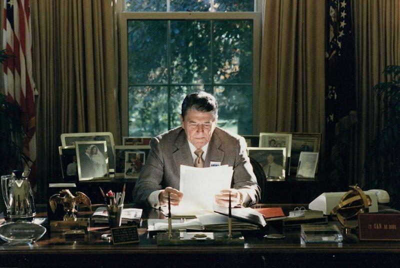 """Трампа критикуют за фотографию его рабочего стола: """"Не похоже, что за этим столом работают"""" Дональд Трамп, Трамп, кризис, президент, работа, рабочее место, сша, фото"""