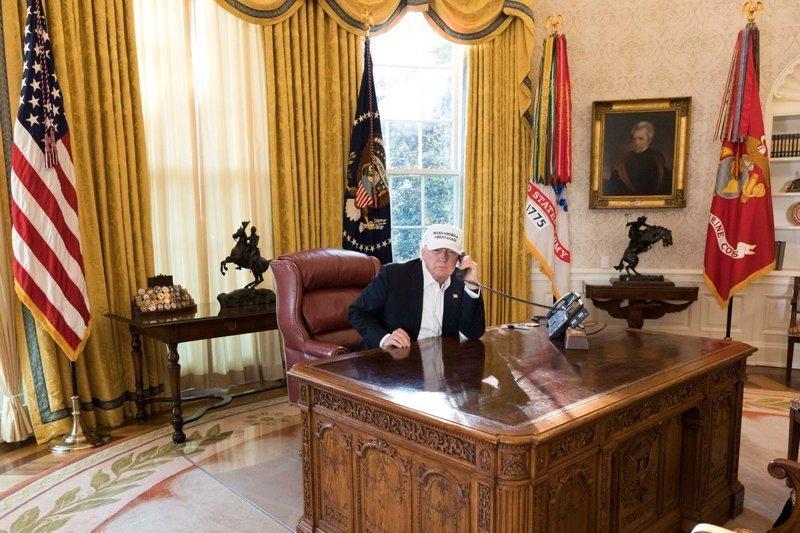 """Всё началось с этого снимка из Белого дома, где Трамп сидит за столом в Овальном кабинете. Пресс-служба Белого дома тогда сделала рассылку под названием """"Фотографии президента Дональда Трампа за работой во время правительственного кризиса"""". Дональд Трамп, Трамп, кризис, президент, работа, рабочее место, сша, фото"""