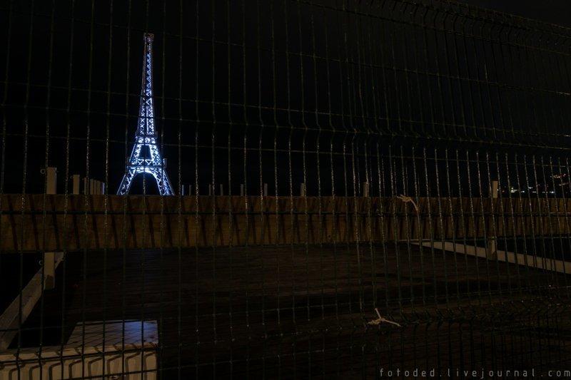 09. С дороги, мы быстро устали и пошли спать мимо Эйфелевой башни. крым, отдых, россия