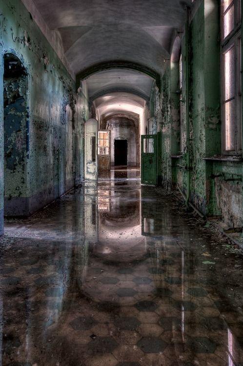 Раньше по этим коридорам бегали молоденькие медсестры в форме больницы, жутковато, заброшенные места, фото