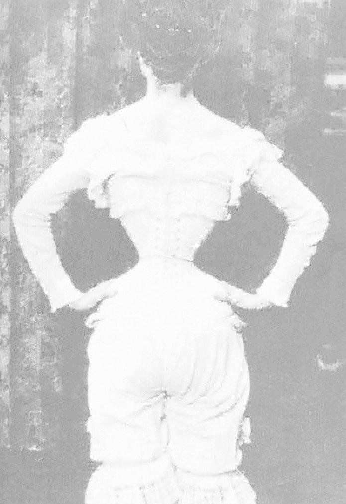 Подобную талию, родом из викторианской эпохи, тоже можно спокойно относить к мутации. Кости женщин деформировались из-за корсетов за годы, проведенные к жуткой клетке интересно, история, люди-мутанты, мутации, прошлое, фото