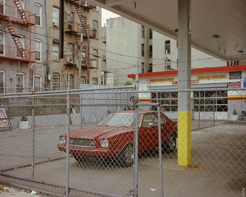 Mustang in cage, Gowanus, NYC, 2015 припаркованные автомобили, фотографии, френк бобот