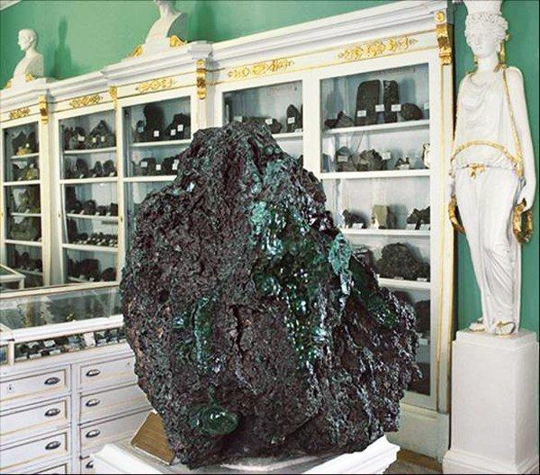Самый большой кусок малахита в горном музее Санкт-Петербурга. Малахит привезен с  Урала и весит 1504 килограмма драгоценности, камни, огромные, полудрагоценные, самые большие, факты