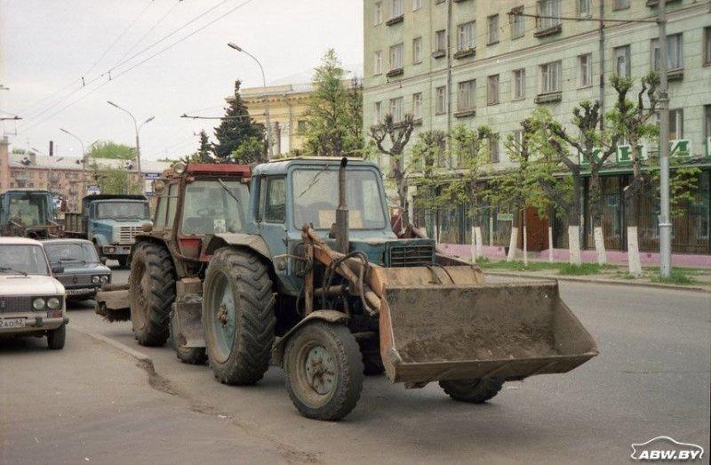 Один из самых распространенных вариантов доработки базового трактора - установка ковша спереди. МТЗ, авто, автомобили, беларусы, сельхозтехника, спецтехника, трактор
