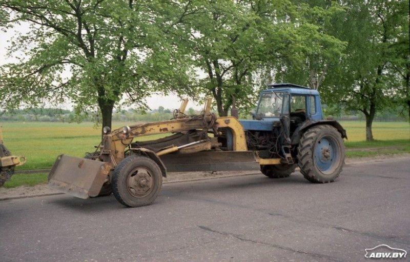"""Может быть, с точки зрения гидравлики и более просто, но более экзотично внешне выглядят автогрейдеры, полученные путем """"подката"""" под трактор специальной конструкции. МТЗ, авто, автомобили, беларусы, сельхозтехника, спецтехника, трактор"""