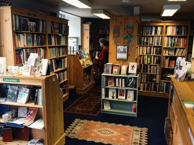Книжный магазин The Open Book в Уигтауне, Шотландия. Здесь можно пожить и заодно поиграть в продавца книг Airbnb, аренда, аренда жилья, великобритания, необычное жилье, необычные дома, путешествия, туризм