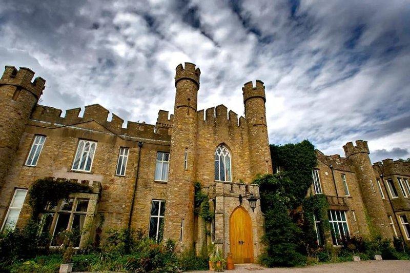 Загородный дом Augill Castle - хаотичная постройка викторианской эпохи, украшенная башенками, готическими окнами, отделкой эпохи Тюдоров, кроватями под балдахином, зубчатыми стенами, витражами и секретными входами Airbnb, аренда, аренда жилья, великобритания, необычное жилье, необычные дома, путешествия, туризм