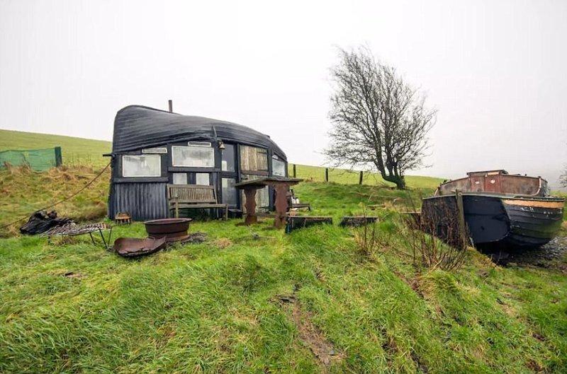 """""""Лодочный отель"""" Boatel - домик, крышу которого соорудили из перевернутой лодки. Расположен в уединенном месте в горах Airbnb, аренда, аренда жилья, великобритания, необычное жилье, необычные дома, путешествия, туризм"""