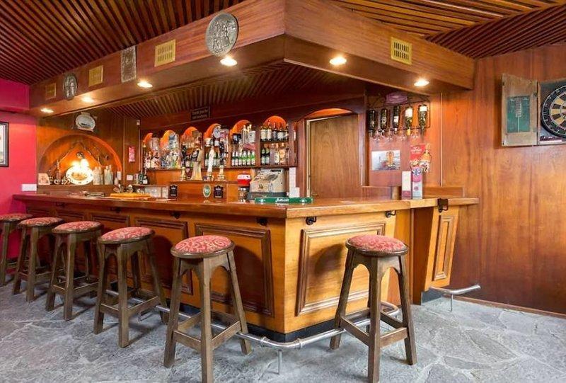 Старый Бар Конроя (Conroy's Old Bar) - те, кто здесь останавливается, получают не только стол и постель, но и целый бар впридачу! Но - без выпивки Airbnb, аренда, аренда жилья, великобритания, необычное жилье, необычные дома, путешествия, туризм