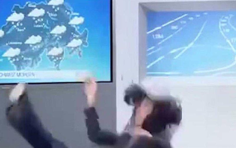 Рассказывая о снеге и гололеде в прямом эфире, женщина поскользнулась и упала на пол Эфир, ведущая, видео, падение, погода, прогноз, телеканал