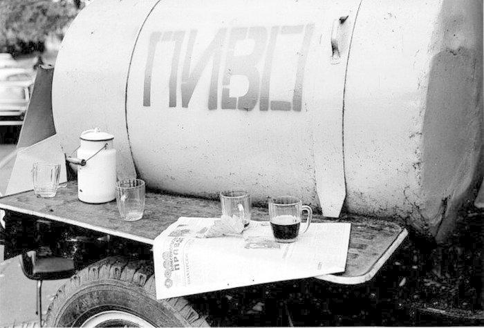Начнём пожалуй с пива. Пиво в СССР любили. «Пиво полезный и освежающий напиток». Такие плакаты висели в некоторых продуктовых магазинах СССР, имеющих отдел розлива пива. СССР, алкоголь, интересное, напитки, пиво, советский союз