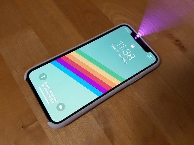 Датчик распознавания лица Face ID в iPhone X становится заметен на фотографии. взгляд изнутри, необычные вещи, новый ракурс, фото