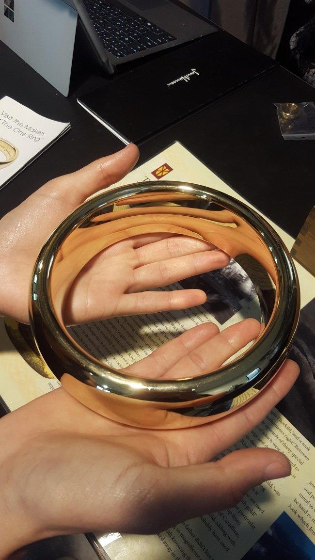 Гигантское кольцо Всевластия из «Властелина колец» — реквизит, созданный для съемок крупным планом. взгляд изнутри, необычные вещи, новый ракурс, фото
