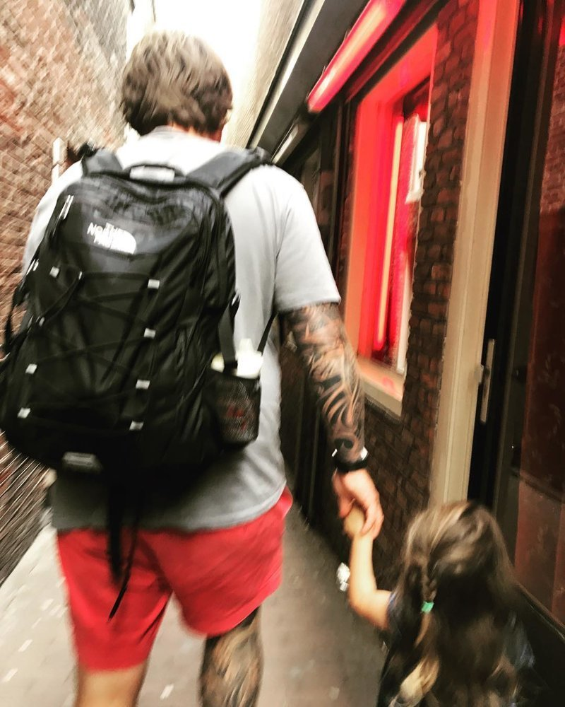 Если кто не понял - это улица Красных фонарей в Амстердаме, проще говоря куча борделей. Самое место для прогулки с дочкой беспечность, дети, дураки, жизнь, идиоты, отцы, странности