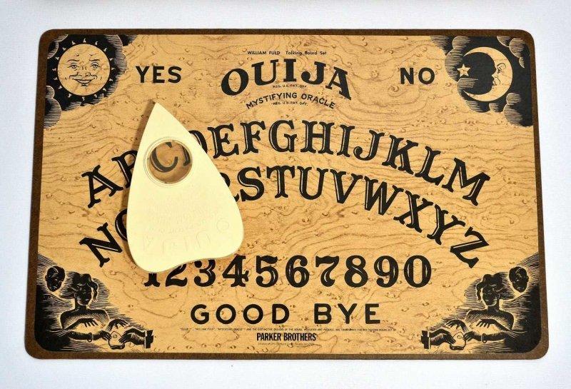 «Говорящая доска», «Доска Дьявола» или «уиджа» — доска для спиритических сеансов вызова душ умерших с нанесёнными на неё буквами алфавита, цифрами от 1 до 9 и нулём, словами «да» и «нет» и со специальной планшеткой-указателем видео, говорящая доска, доска дьявола, прикол, розыгрыш, свет, юмор