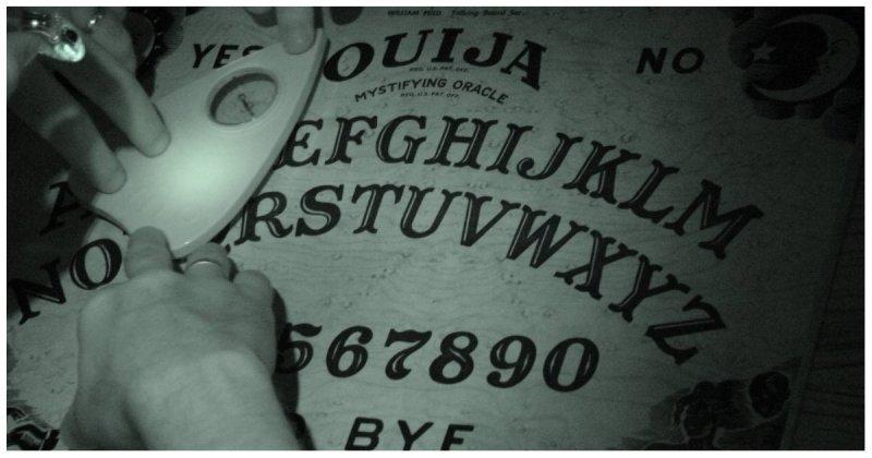 Парень решил разыграть младшую сестру, играющую с доской для спиритических сеансов видео, говорящая доска, доска дьявола, прикол, розыгрыш, свет, юмор