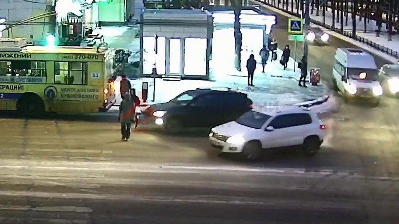 Невозмутимую женщину сбили с ног на пешеходном переходе в Ярославле авария, авто, авто авария, автоприкол, видео, дтп, пешеход, пешехода сбили