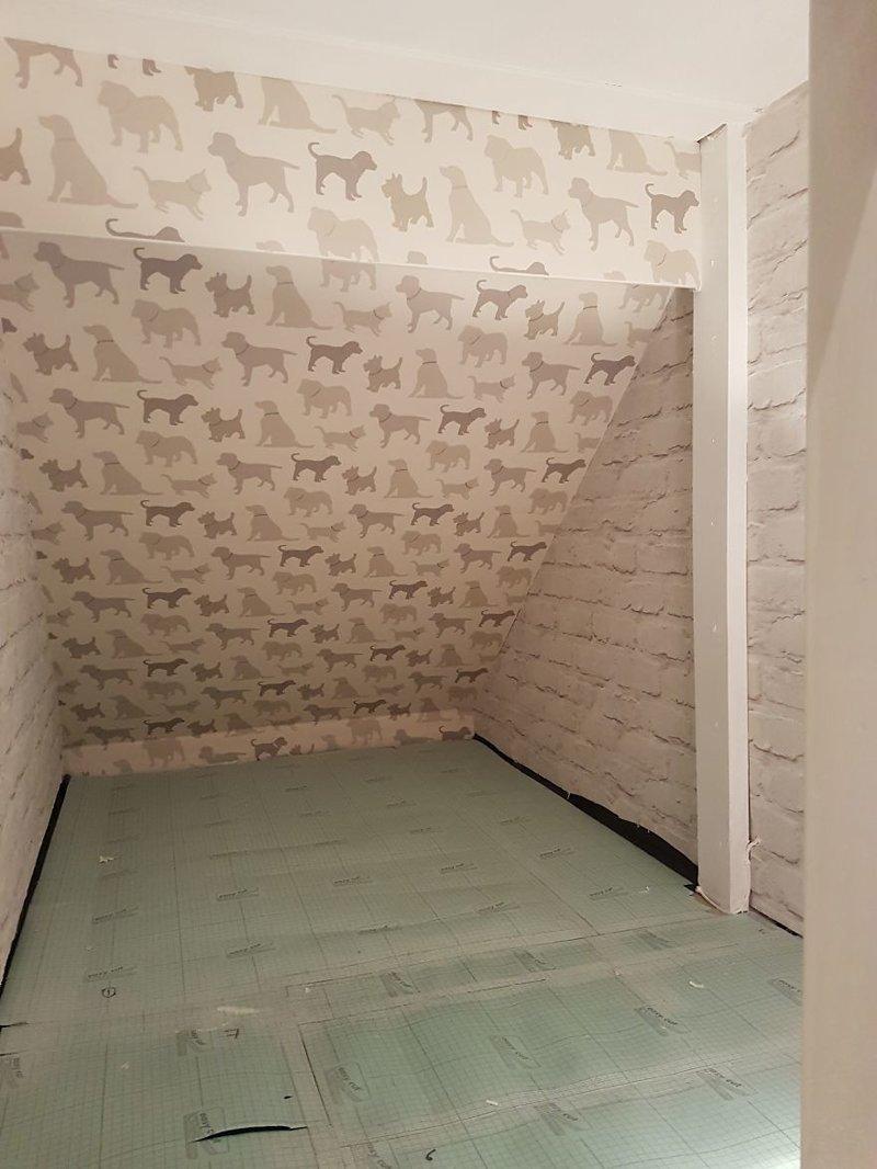 Поклейка обоев идея, интерьер, комната, лестница, своими руками, собака, строительство