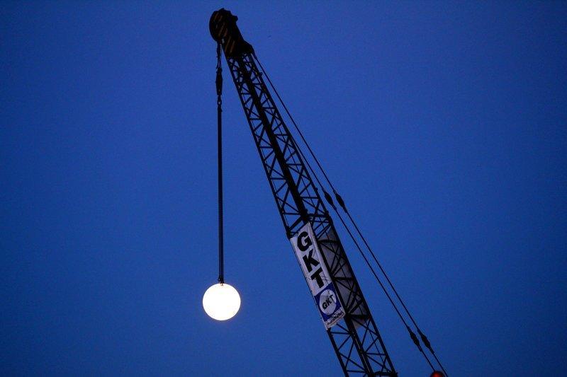 Краны, которые строят дома из луны (нет) город, кран, луна, стройка, эстетика, юмор