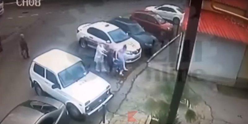 Сочинские медсестры выбросили неходячего пациента к гаражам ynews, больница, видео, нарушение, новости, проверка, сочи