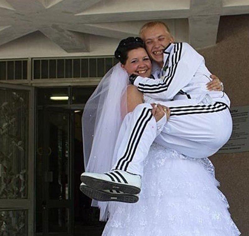 """У любителей бренда есть два костюма с лампасами. Один для прогулки, а второй """"на выход"""" адидас, интересное, спортивные костюмы, спортик, фото, юмор"""