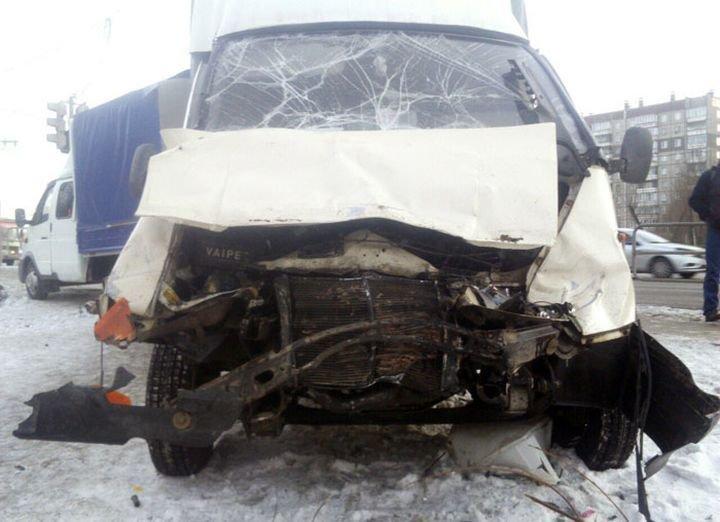 Пенсионерки-мародеры: в Челябинске ГАЗель с мясом и колбасой попала в ДТП авария, авто, авто авария, видео, газель, дтп, мясо, не уступил