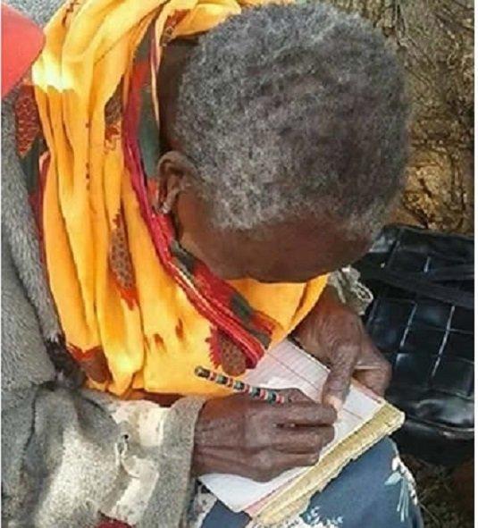 Учительница гордится пожилой ученицей бабушка, возраст, женщина, история, кения, учеба, школа