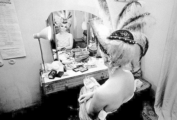 5. Актриса цирка гримируется перед началом шоу гримерки, звезды, знаменитости, рок группы, современный шоубиз, фото