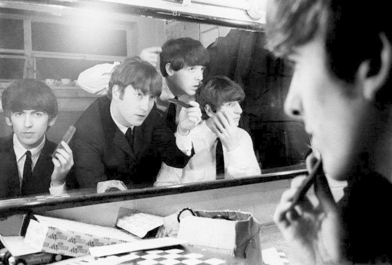 4. The Beatles готовятся к выходу на сцену, 1963 год гримерки, звезды, знаменитости, рок группы, современный шоубиз, фото
