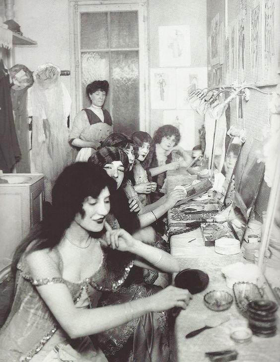 """1. Актрисы """"Мулен Руж"""" в гримерке перед выступлением, Париж, 1924 год гримерки, звезды, знаменитости, рок группы, современный шоубиз, фото"""